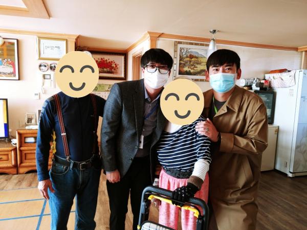 10월 장애인어르신 생신잔치에 참가한 직원분과 대상 가족이 집에서 포즈를 취하며 찍은 사진
