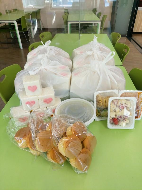 떡과 빵과 기타 푸짐한 먹을거리가 테이블 위에 있는 사진