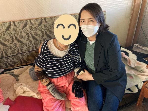 직원과 장애인이 함께 나란히 쇼파에 앉아서 찍은 근접 사진